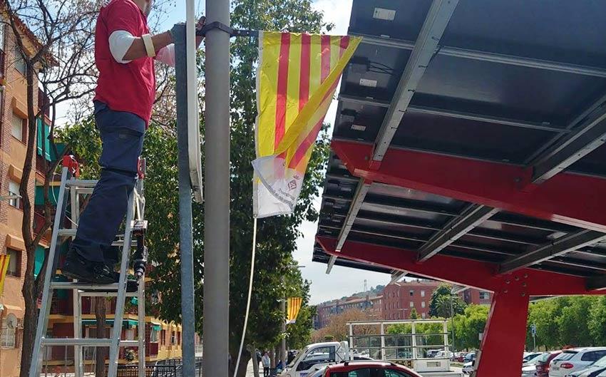 instalación de bandera en farola