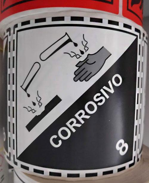 Etiquetas de corrosivo en bobina