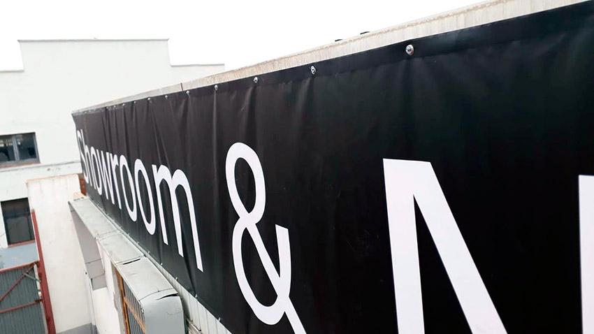 lona de publicidad instalada en fachada