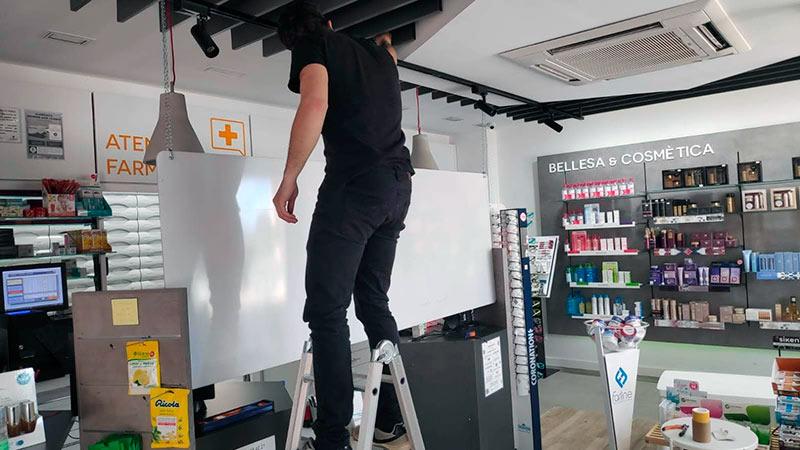 instalación de mamparas de metacrilato para tiendas