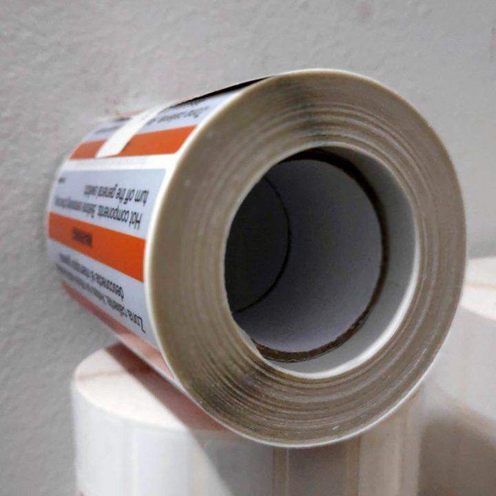 impresión en bobina de etiquetas poliester plata