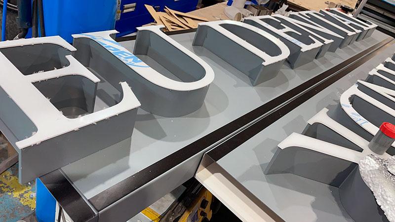 fabricación de rótulo con letras iluminadas