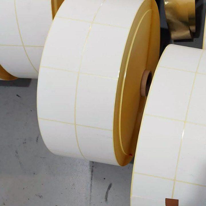 rollos de etiquetas blancas