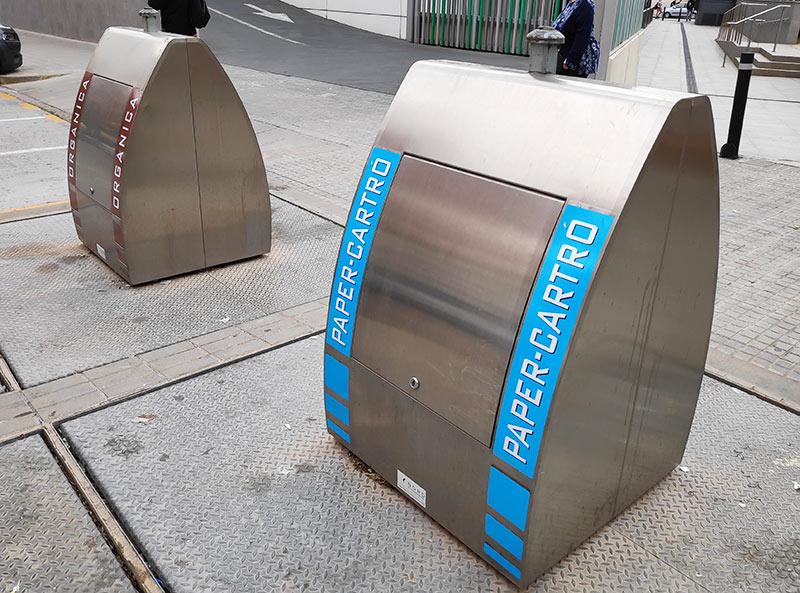 contenedores de basura con vinilos nuevos