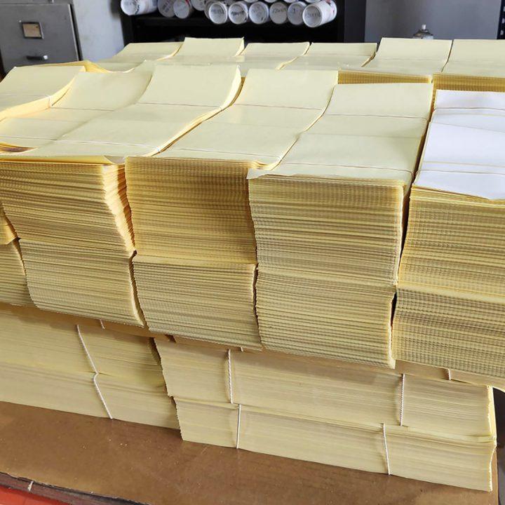 etiquetas blancas en papel continuo