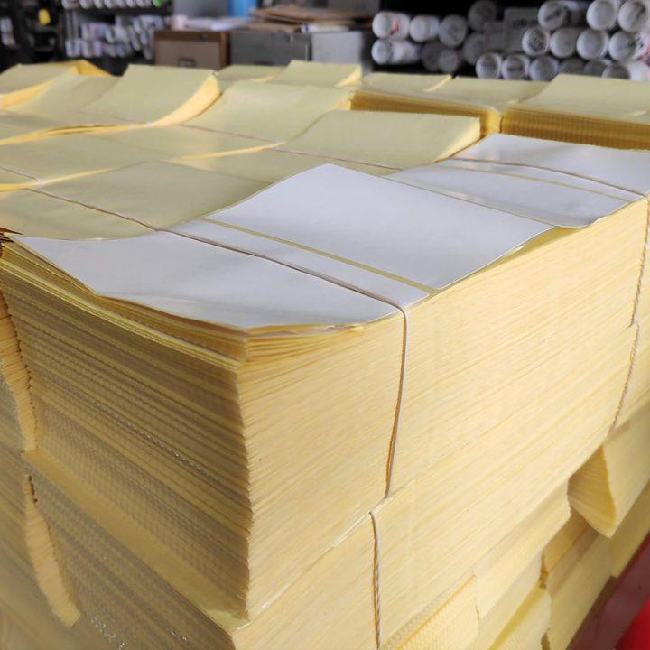 etiquetas blancas plegadas en zigzag